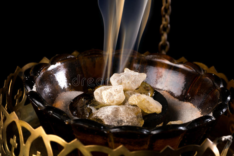 Incienso en el carbón de leña fotografía de archivo libre de regalías
