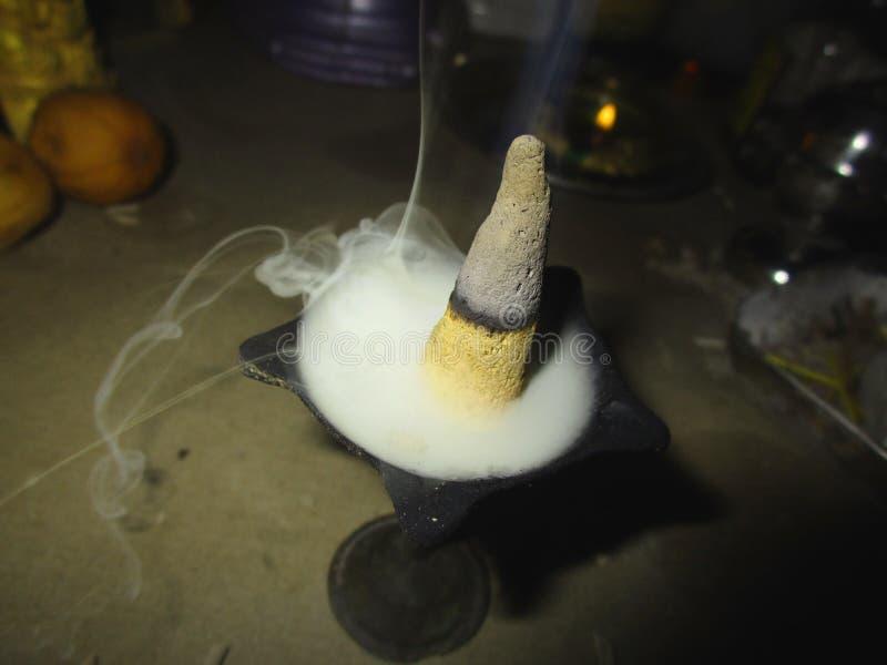 Incienso formado pirámide del palillo del dhoop del pooja foto de archivo libre de regalías