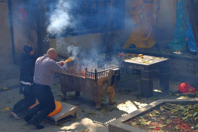 Incienso que quema en el templo imagen de archivo
