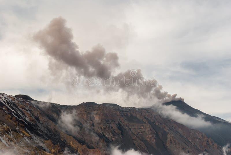 Incinérez l'émission du cratère du sud-est sur le volcan l'Etna photos libres de droits