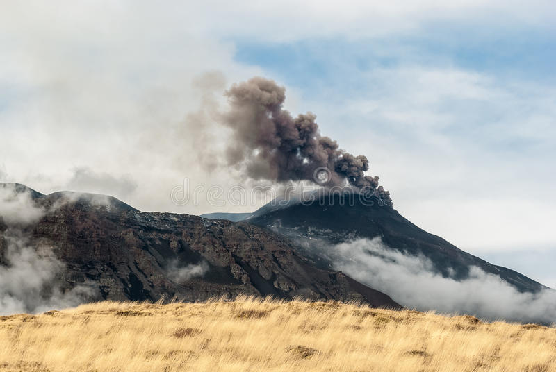 Incinérez l'émission du cratère du sud-est sur le volcan l'Etna après la fin d'un paroxysme le 4 décembre 2015 photographie stock libre de droits