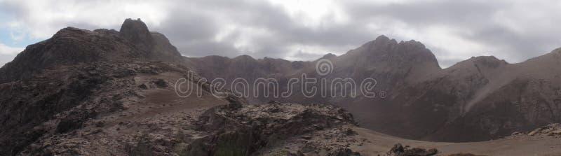 Incinérez la montagne couverte après éruption de Calbuco de volcan près de l'angustura de La de villa, Argentine photo libre de droits