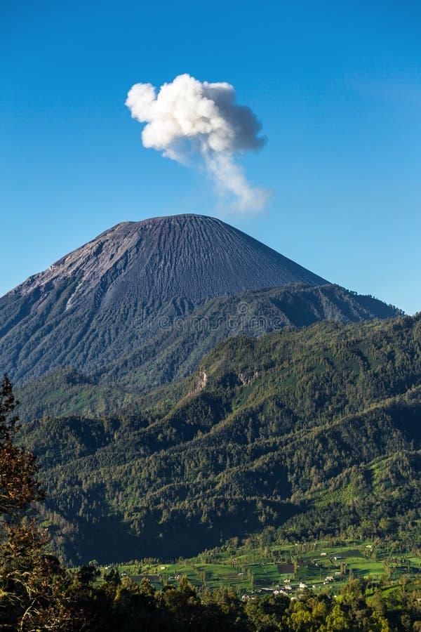 Incinérez le nuage se levant chez Semeru Volcano Mountain, Java, Indonesi images stock