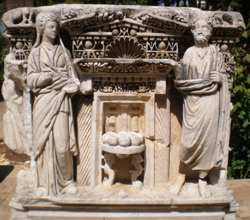 Incisioni di sollievo antiche con le statue nel padiglione del museo storico immagine stock libera da diritti