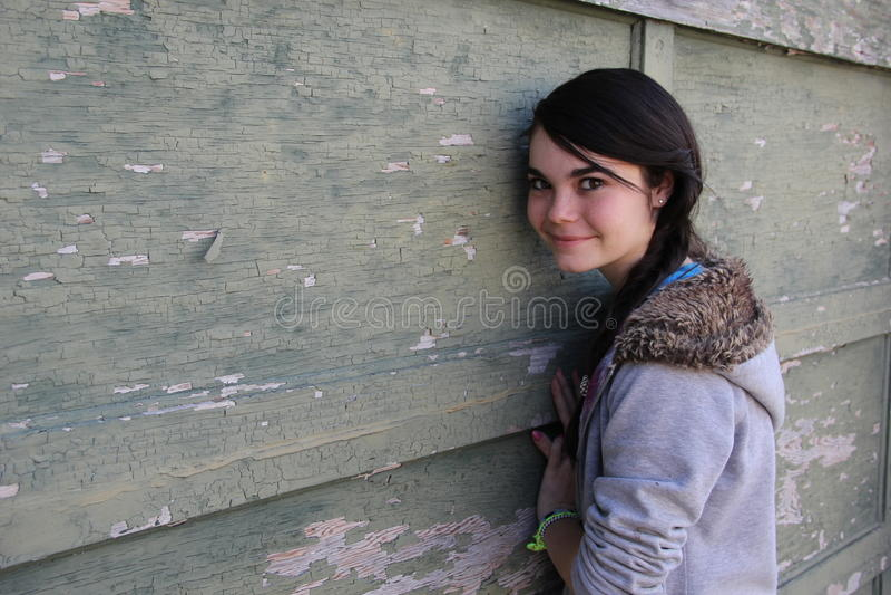Inclinação adolescente na parede do vintage foto de stock royalty free