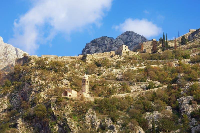 Inclinação de montanha com fortificações antigas Montenegro, cidade de Kotor Vista da estrada à fortaleza de Kotor imagens de stock royalty free
