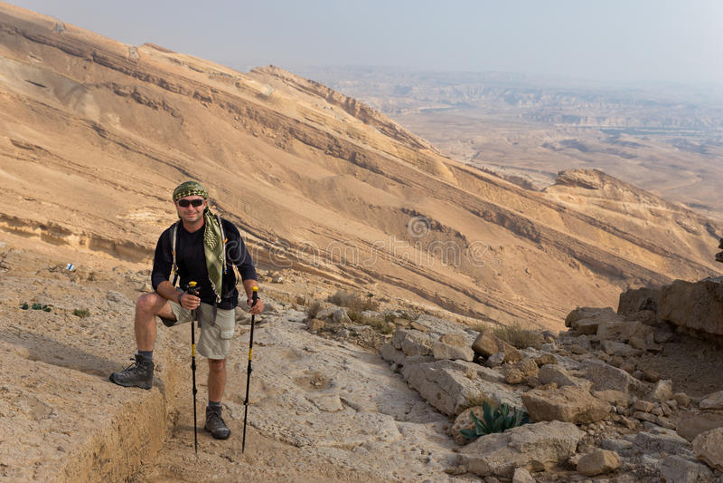 Inclinação de montanha ereta do deserto do homem fotografia de stock royalty free