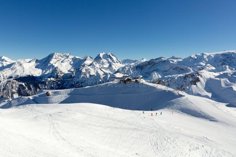 Inclinação no recurso de esqui nos cumes, França Dia de inverno ensolarado Férias do inverno imagem de stock