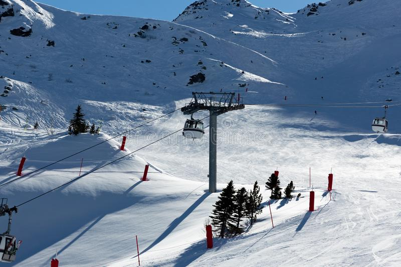 Inclinação no recurso de esqui nos cumes, França Dia de inverno ensolarado Férias do inverno fotografia de stock royalty free