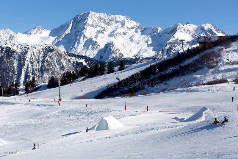 Inclinação no recurso de esqui nos cumes, França Dia de inverno ensolarado Férias do inverno fotos de stock royalty free