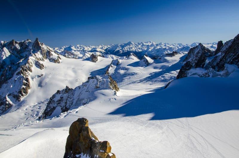 Inclinação só do esqui na parte superior de cumes franceses O melhor lugar para esquiar em Chamonix Mont Blanc imagens de stock