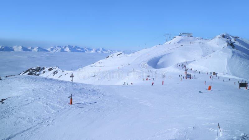 Inclinações do esqui alpino acima dos vales nebulosos imagens de stock