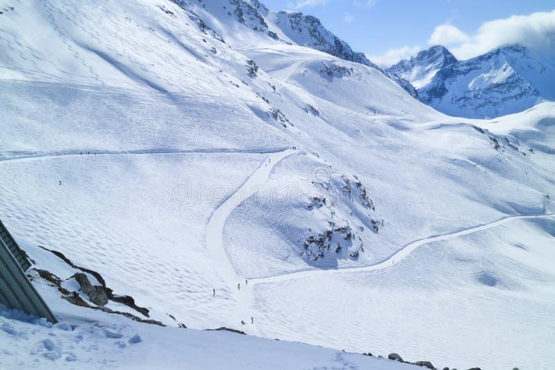 Inclinações do esqui em declive em montanhas nevados, França, cumes foto de stock