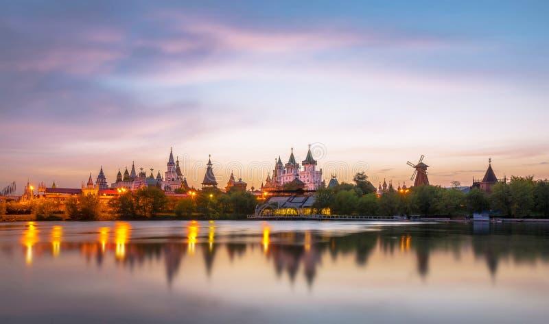 Incline e desloque a vista do Kremlin do por do sol no distrito de Izmailovo de Moscou fotografia de stock