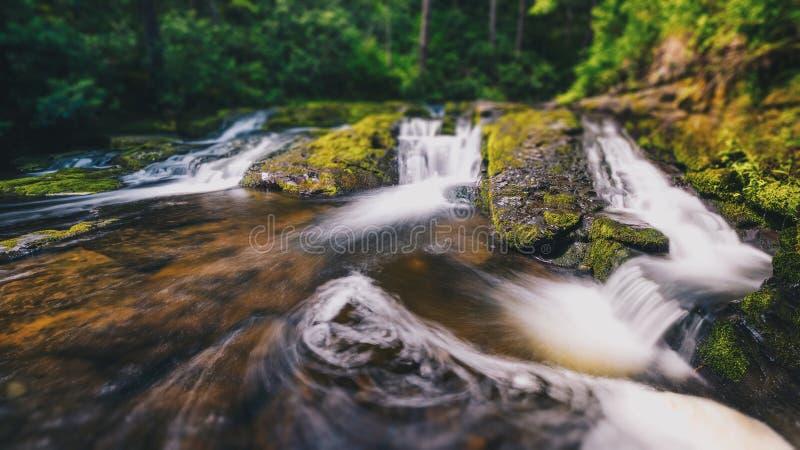 Incline o deslocamento de uma angra e de uma cachoeira pequena imagem de stock