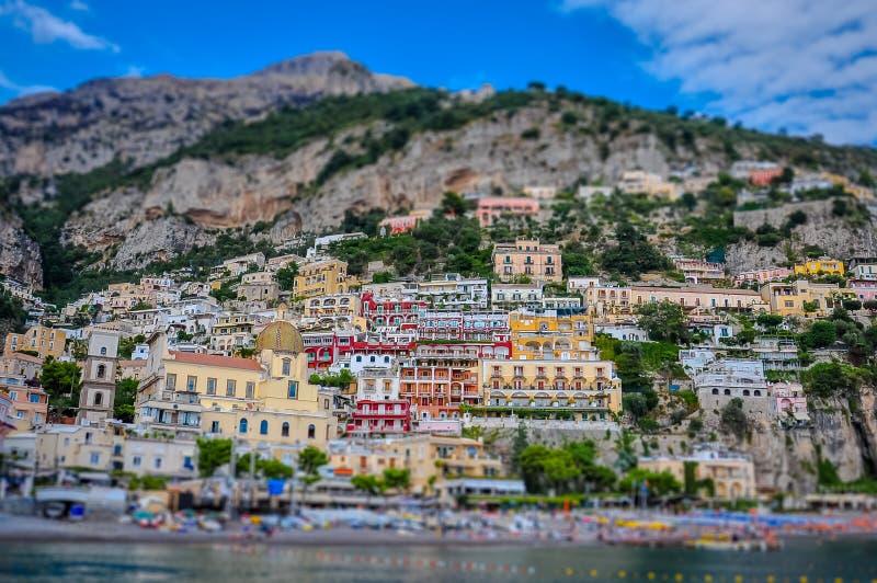 Incline o efeito do deslocamento do panorama da vila de Positano imagem de stock royalty free