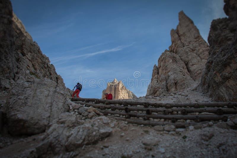 Inclini l'effetto dello spostamento dei trekkers lungo il percorso verso la capanna nell'area di Tofane, dolomia della montagna d fotografie stock libere da diritti