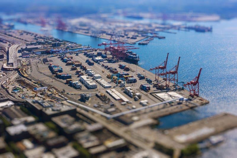 Inclini lo spostamento del porto di spedizione con i contenitori e la nave di trasporto di caricamento con carico immagini stock libere da diritti