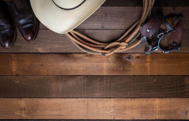 incluing套索踢马刺和一个传统草帽在木板条背景的美国牛仔项目 免版税图库摄影