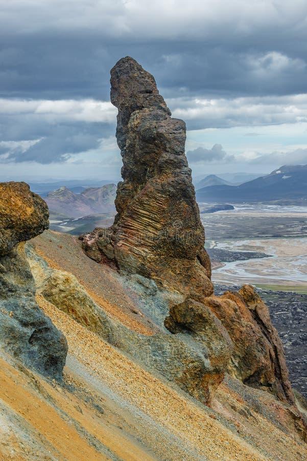 Incluso formación de roca cómica torpe inusual como falo erigido en las montañas volcánicas Landmannalaugar en Islandia fotos de archivo