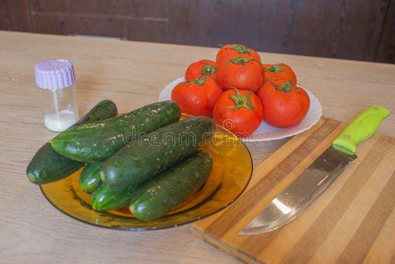 Incluya las verduras orgánicas frescas Producción vegetal orgánica Verduras de la granja org?nica del cultivador imágenes de archivo libres de regalías