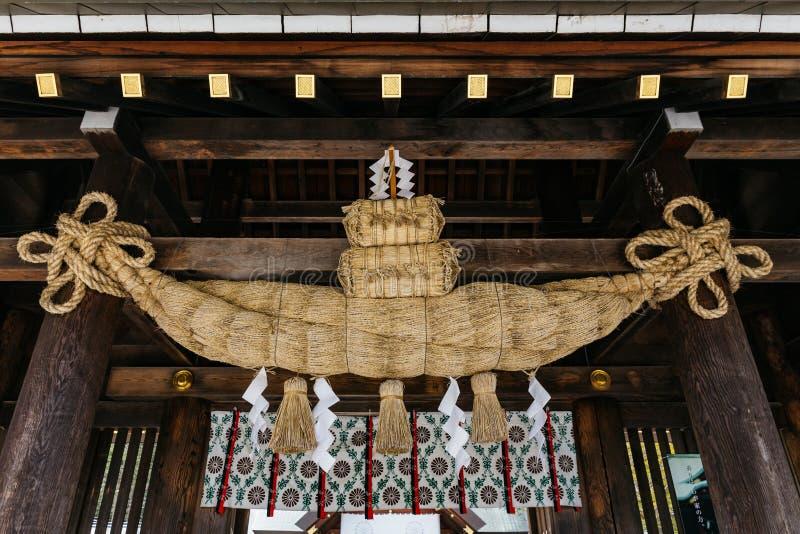 Incluyendo la ejecución de Shimenawa de la cuerda en la entrada bloquee el techo de la capilla Hokkaido Jingu de Hokkaido en invi imagenes de archivo
