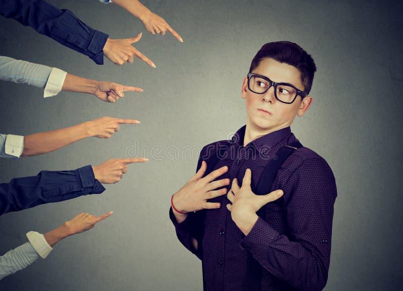 incolpare Uomo ansioso nel rifiuto giudicato dalla gente che indica le dita lui fotografia stock