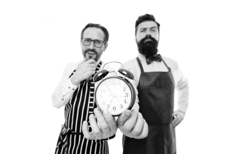 Inconformista barbudo del hombre y fondo blanco del delantal maduro del cocinero Horas de trabajo y hora de la almuerzo Falta de  fotos de archivo libres de regalías