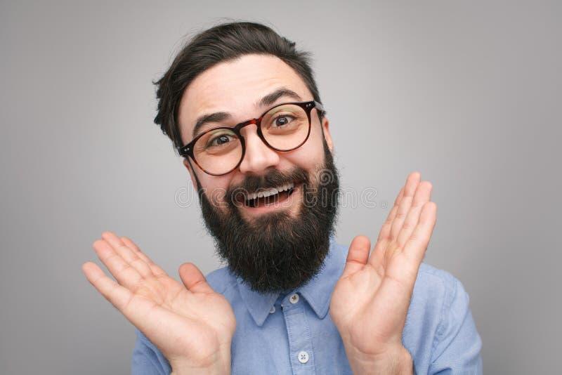 Inconformista barbudo hermoso que parece feliz foto de archivo libre de regalías