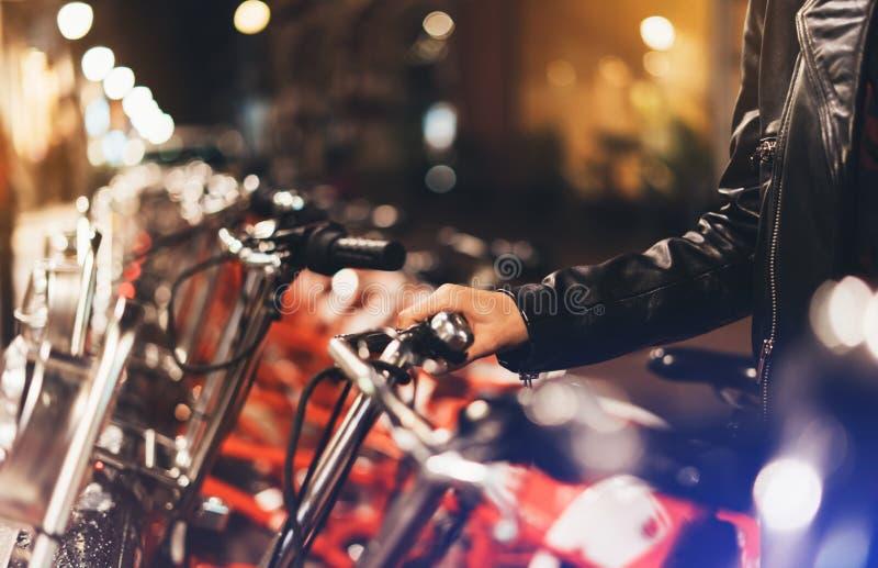 Inconformista biking y que monta para trabajar en bicicleta en la calle urbana, concepto de la ecología fotos de archivo libres de regalías