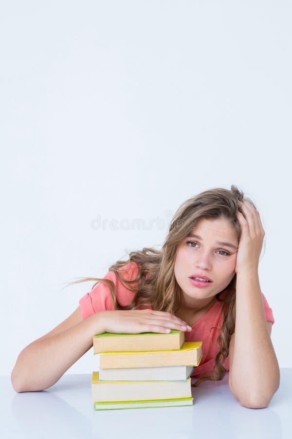 Inconformista cansado que miente en la tabla imagenes de archivo