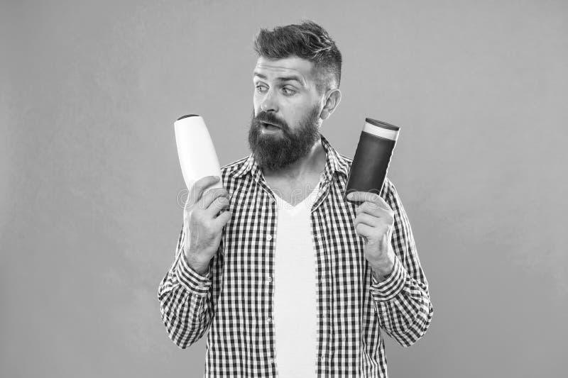 Inconformista cauc?sico brutal con el bigote Elegir el acondicionador del champ? y de pelo Hombre barbudo Pelo facial y el afeita imagenes de archivo