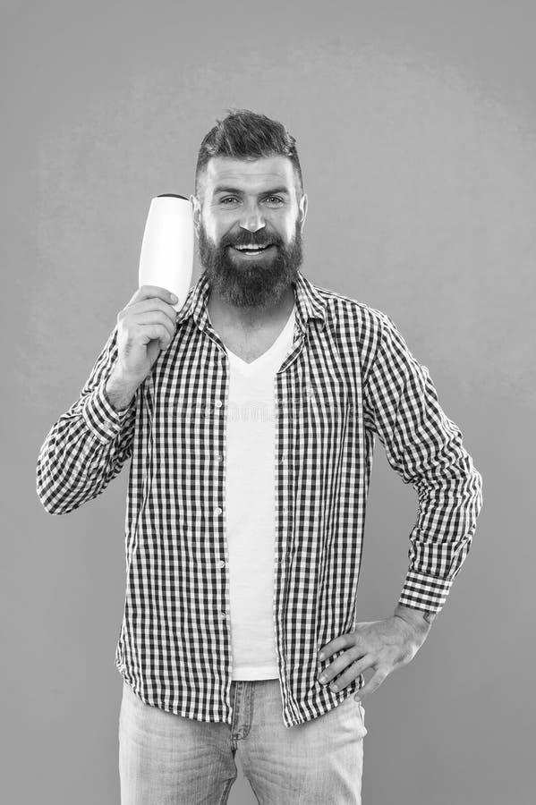 Inconformista cauc?sico brutal con el bigote Elegir el acondicionador del champ? y de pelo Hombre barbudo Pelo facial y el afeita fotos de archivo libres de regalías