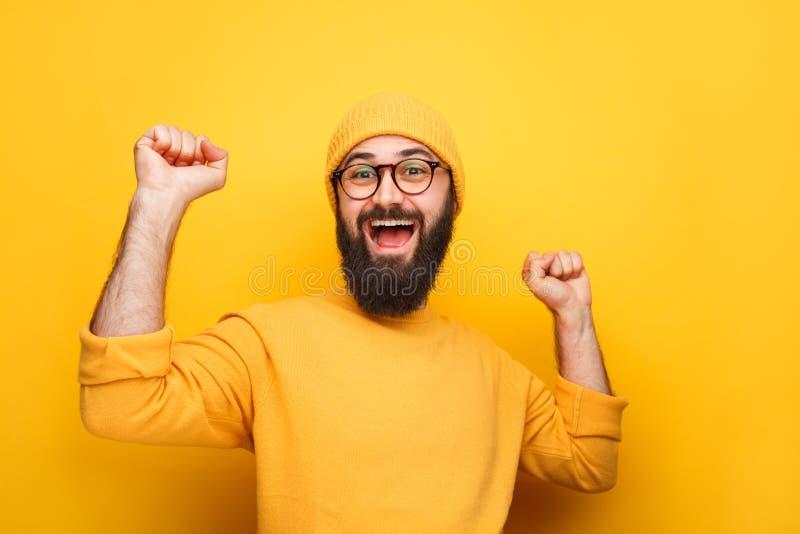 Inconformista colorido alegre con la barba imagen de archivo