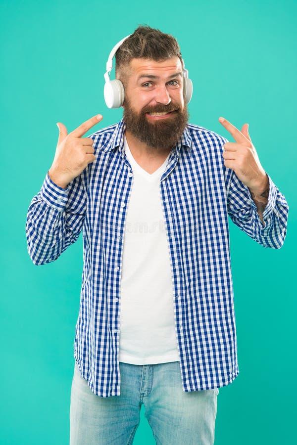 Inconformista con m?sica que escucha de la barba Amante de la m?sica hermoso Hombre en auriculares Fluyendo los sitios que creemo imagen de archivo libre de regalías
