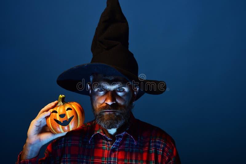 Inconformista del mago de Halloween con la linterna de la barba y del enchufe o imagen de archivo libre de regalías