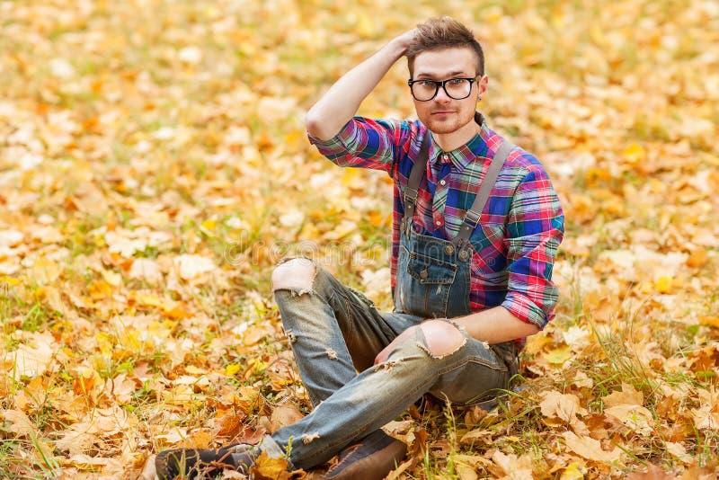 Inconformista en el parque del otoño imagen de archivo libre de regalías