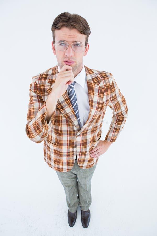 Inconformista Geeky que piensa con la mano en la barbilla fotografía de archivo libre de regalías