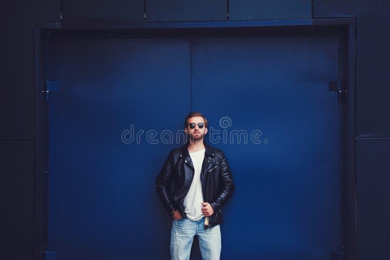 Inconformista hermoso del hombre de la moda en chaqueta elegante imagen de archivo libre de regalías