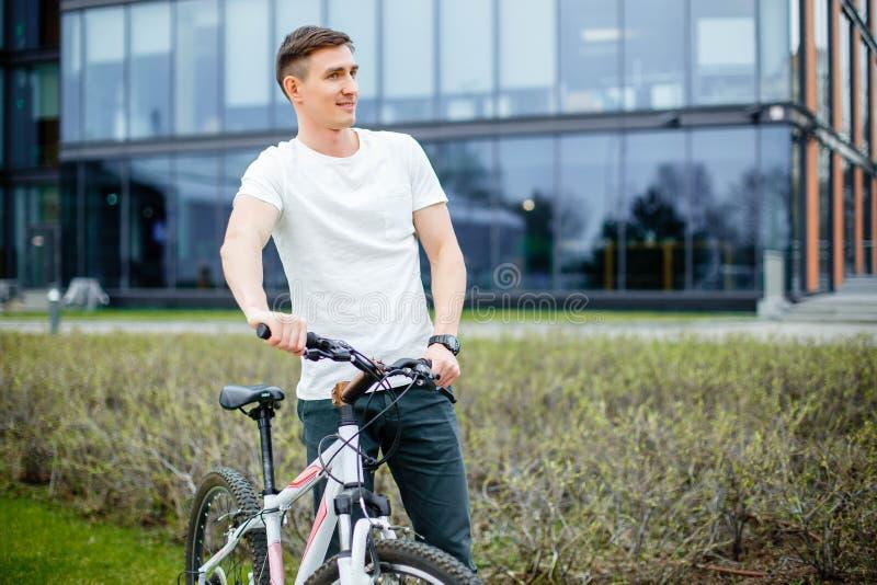 Inconformista hermoso que disfruta de paseo de la ciudad en bicicleta fotografía de archivo libre de regalías
