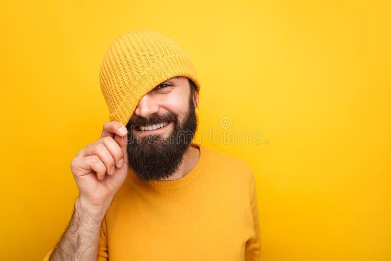 Inconformista juguetón hermoso en sombrero colorido fotos de archivo libres de regalías