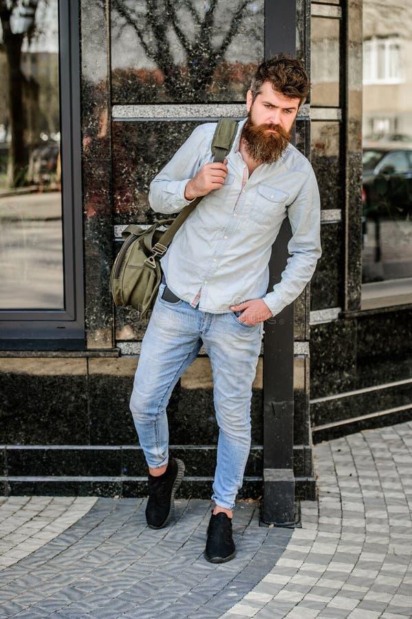 Inconformista maduro con la barba Hombre barbudo que camina en la calle moda masculina moderna Aliste para la aventura Cauc?sico  foto de archivo libre de regalías