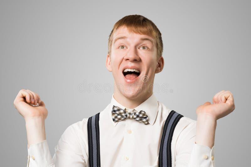 Inconformista que sonr?e ampliamente con mirada satisfecha imagen de archivo libre de regalías
