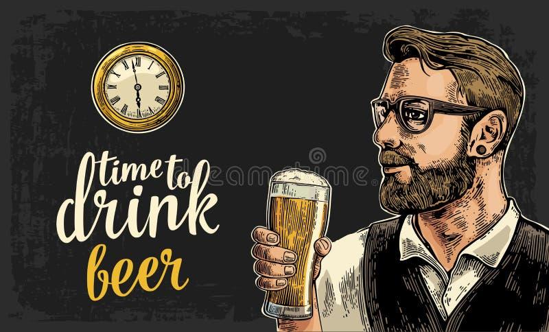 Inconformista que sostiene el vidrio del reloj de la cerveza y de bolsillo de la antigüedad ilustración del vector