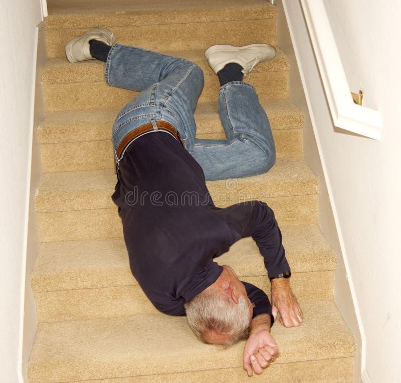 Inconsciente em baixo caído do homem idoso imagens de stock royalty free