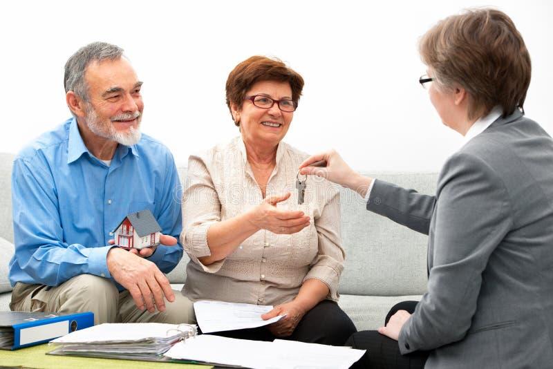 Incontrando agente immobiliare fotografie stock