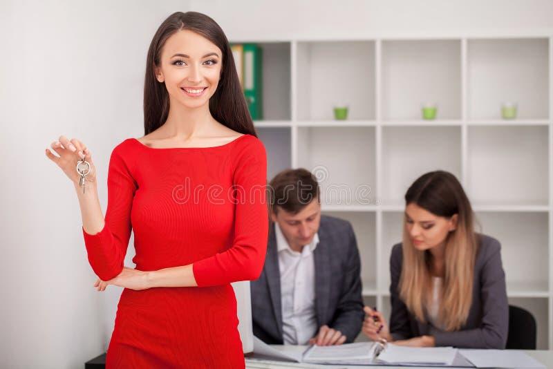 Incontrando agente in ufficio, comprando affittando appartamento o casa, fotografie stock libere da diritti