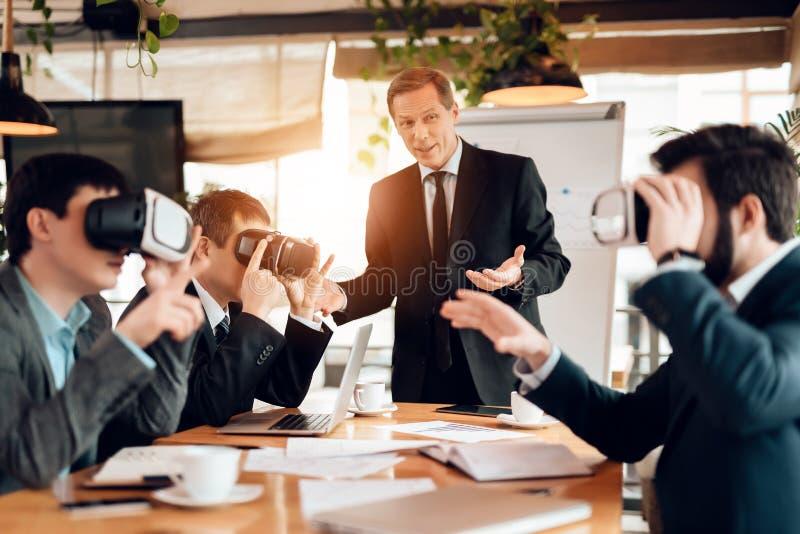 Incontrando gli uomini d'affari cinesi in ufficio Gli uomini stanno usando la realtà virtuale immagini stock libere da diritti