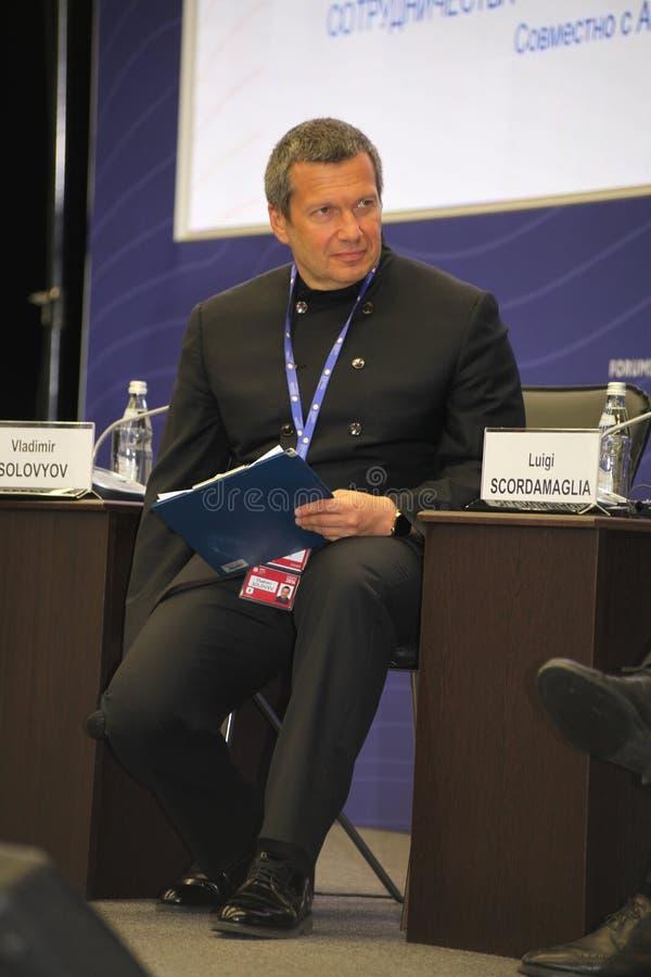 Incontri di affari dell'altoparlante di Vladimir Solovyov con i rappresentanti di grande affare internazionale in forum economico fotografia stock libera da diritti
