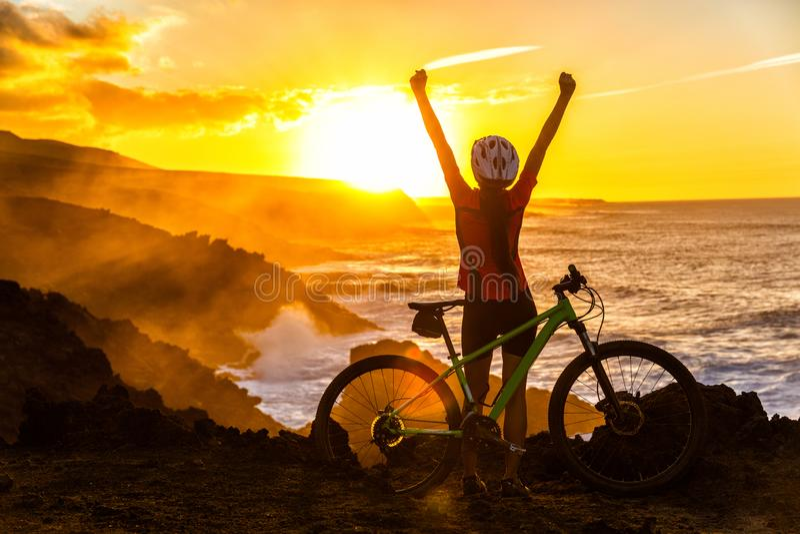 Incoraggiare felice di conquista del motociclista di ciclismo di montagna di MTB immagini stock